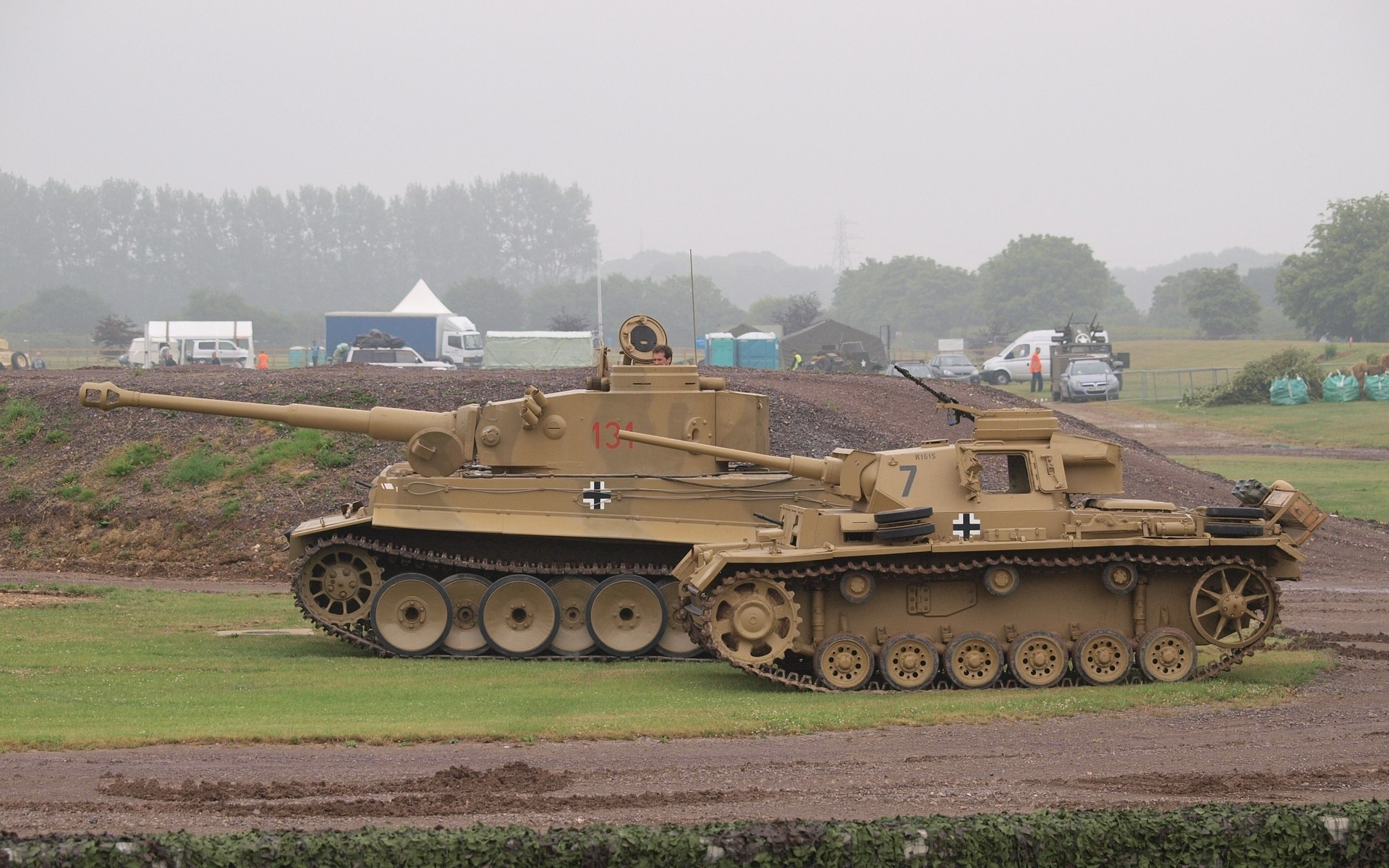 Tiger 131 And A Panzer Iii At Tank Fest Fondo De Pantalla