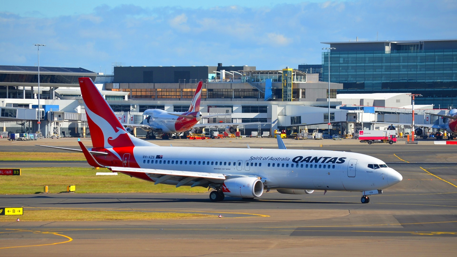 Vh vzs boeing 737 838 qantas at sydney airport hd - Boeing wallpapers for desktop ...