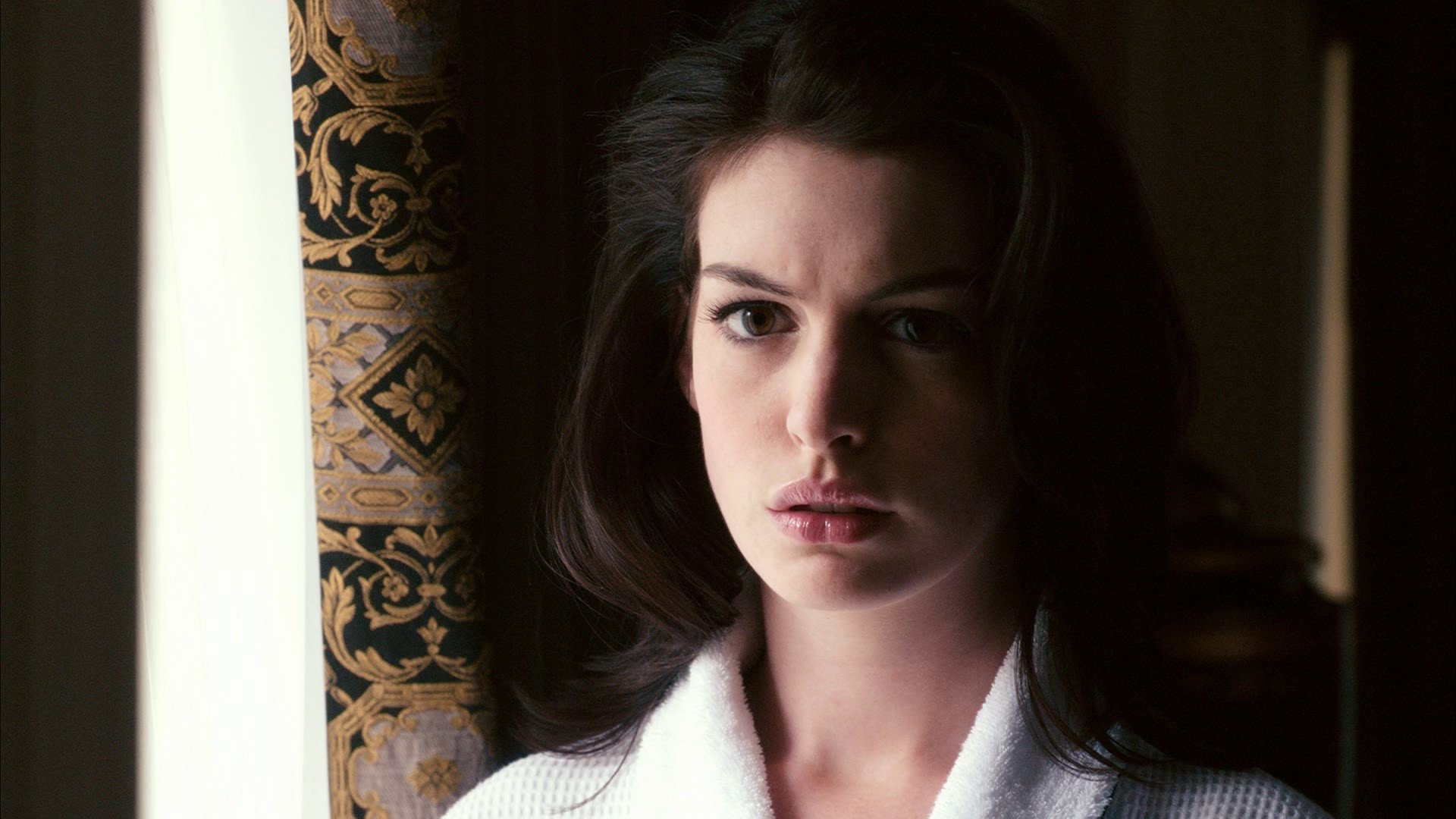 Celebrity - Anne Hathaway  Curtain Face Wallpaper