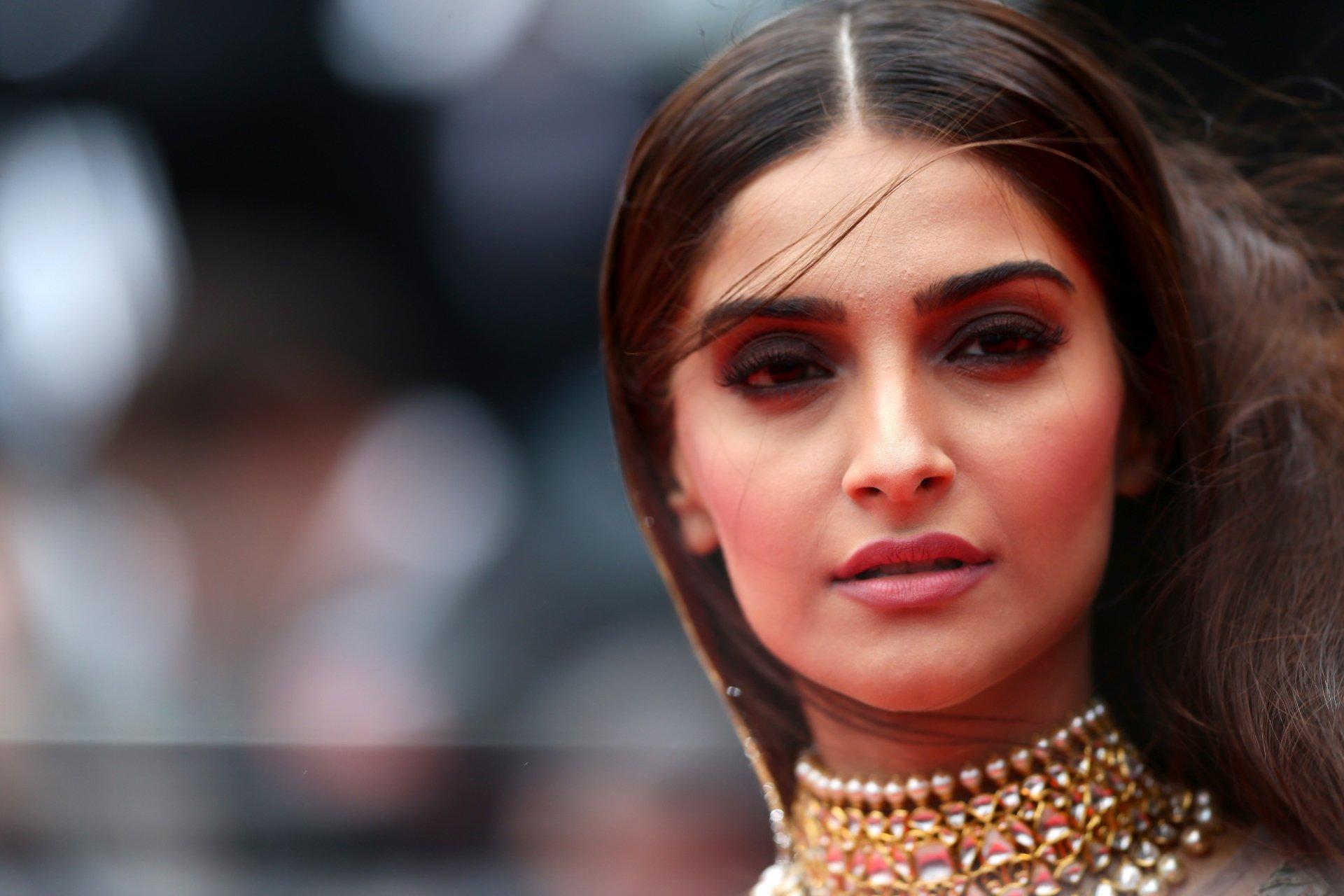 Celebrity - Sonam Kapoor  Brunette Woman Indian Actress Brown Eyes Face Wallpaper