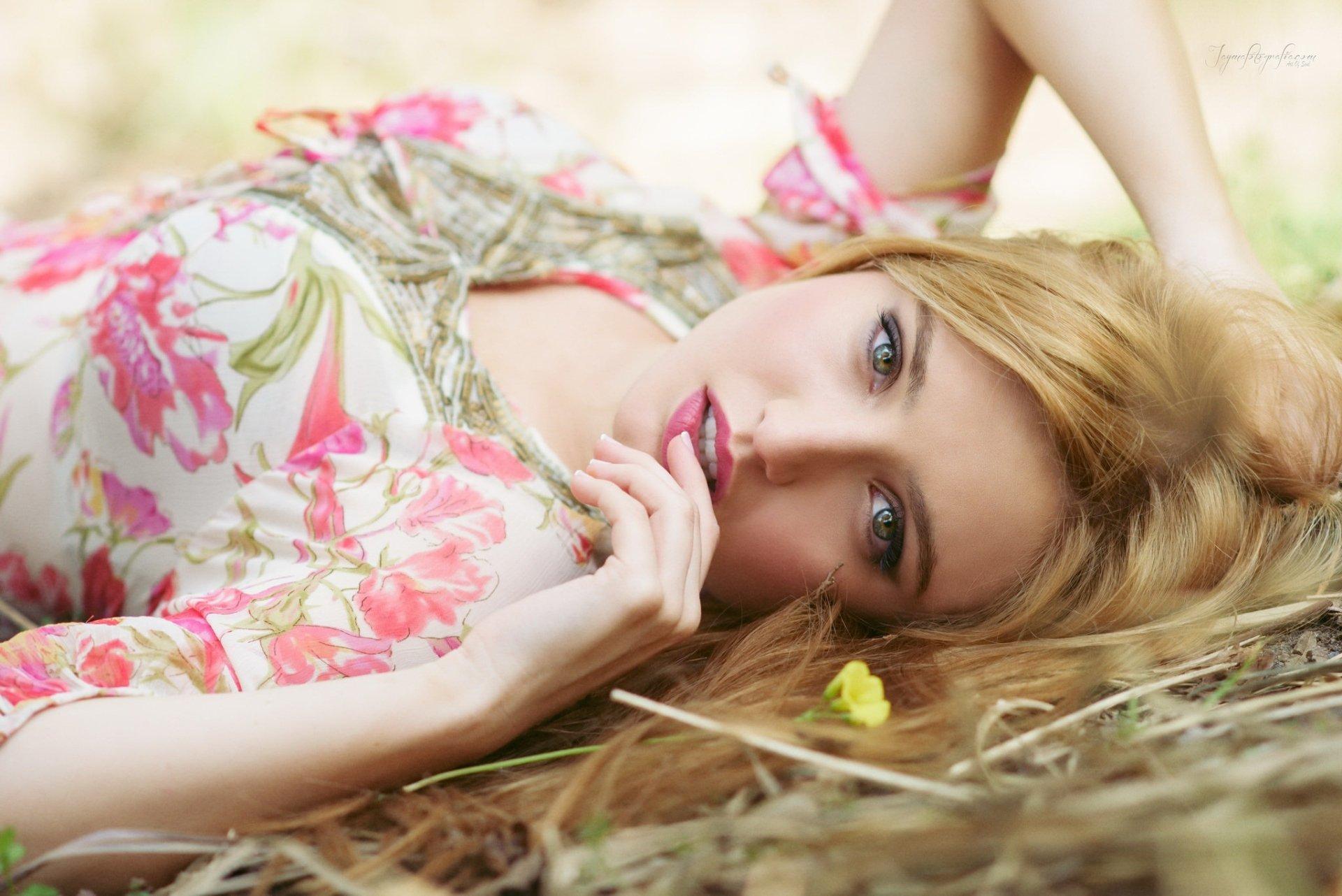 Women - Model  Woman Girl Lying Down Blonde Lipstick Wallpaper
