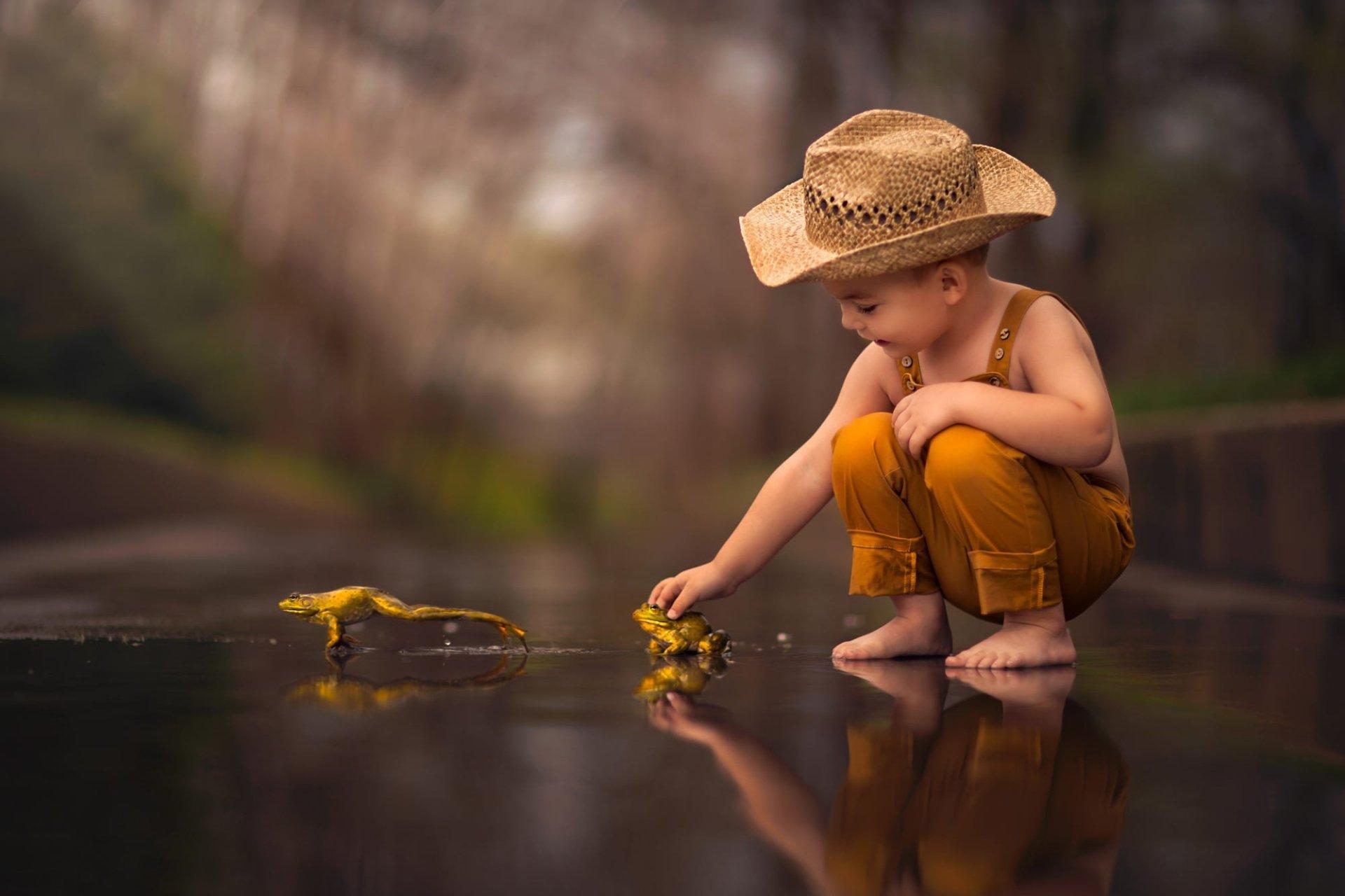 Photography - Child  Boy Little Boy Reflection Frog Hat Depth Of Field Amphibian Wallpaper